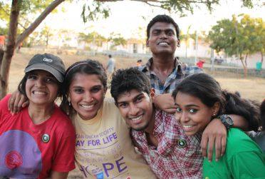 jongeren India luisteren via smartphone